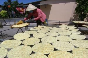 An cư lạc nghiệp từ nghề làm bánh phồng chuối